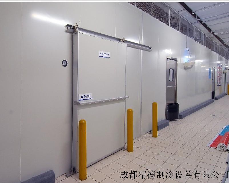冷库用途很广所以按用途划分就非常多。但按用途划分归根结底,还是在按功能能划分,也就是按结构和温度划分。 冷库的分类-四川大型冷库建造13880864725 (一)按容量划分 大型冷库的冷藏容量在10000t以上;中型冷库的冷藏容量在1000~10000t;小型冷库的冷藏容量在1000t以下。 (二)按冷藏设计温度分 分为高温、中温、低温和超低温四大类冷库。一般高温冷库的冷藏设计温度在-2至+8;中温冷库的冷藏设计温度在-10至-23;低温度,温度一般在-23至30;超低速冻库温度一般为-